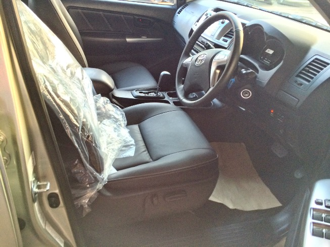 2014-Toyota-Hilux-Vigo-3000cc-Auto-4WD-front-seats