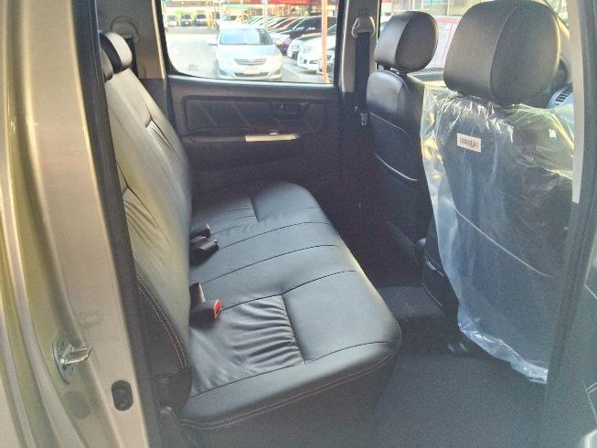 2014-Toyota-Hilux-Vigo-3000cc-Auto-4WD-rear-seat